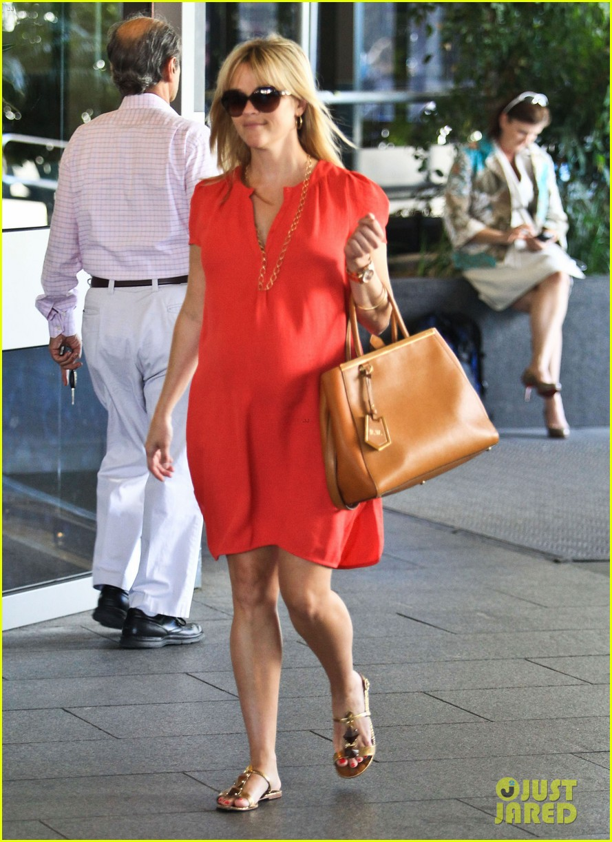 reese witherspoon red dress baby bump 052698951