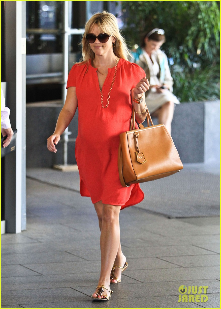 reese witherspoon red dress baby bump 102698956