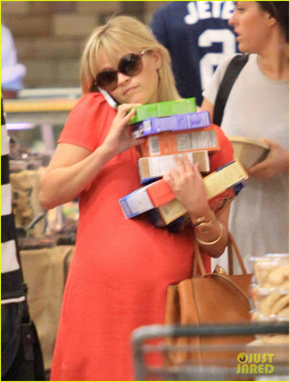 reese witherspoon red dress baby bump 182698964