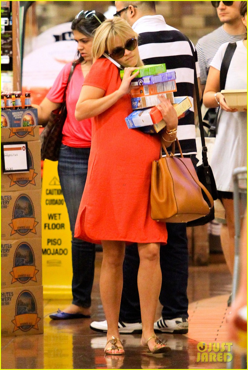 reese witherspoon red dress baby bump 192698965