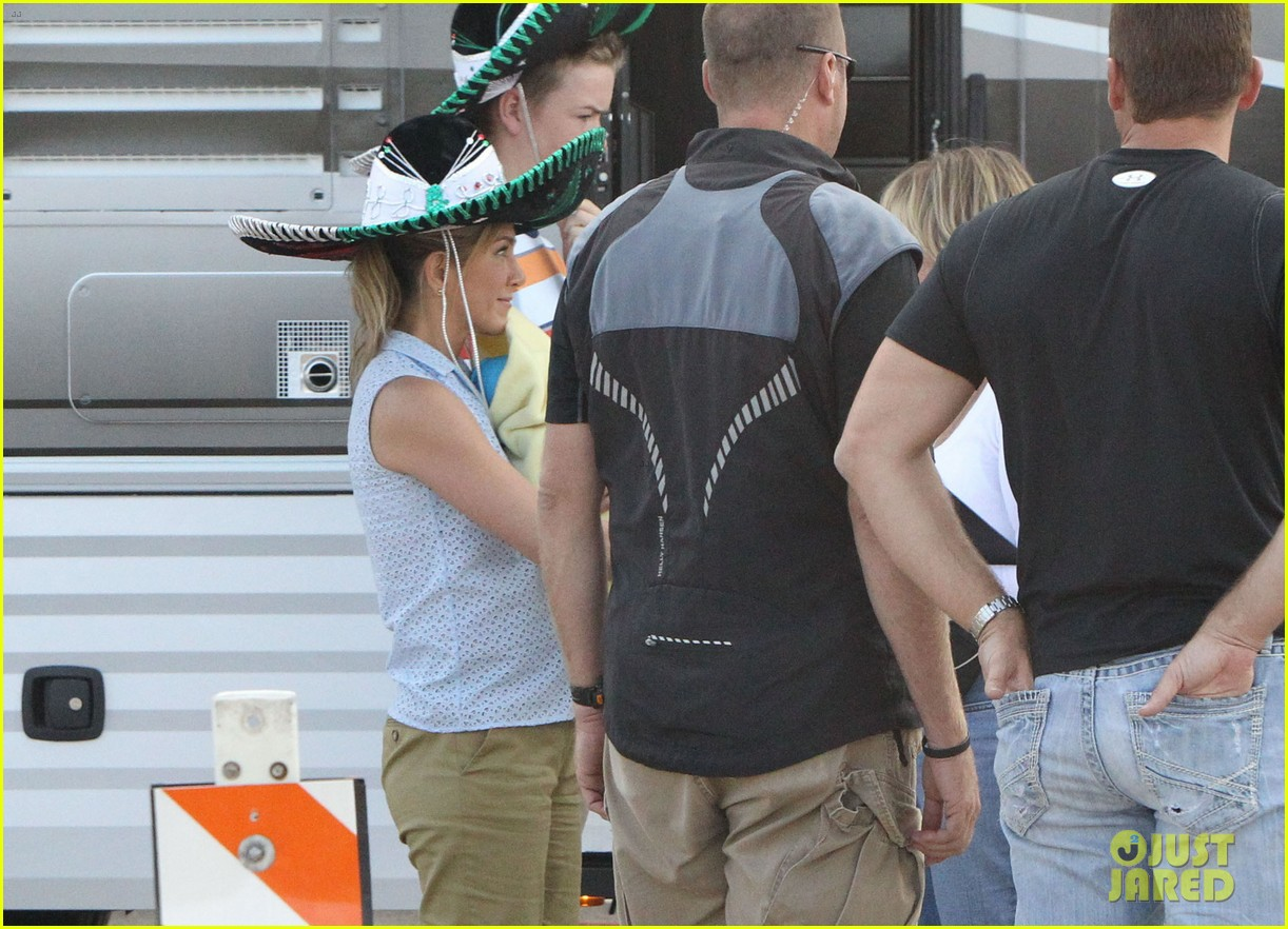 Jennifer Aniston Carries A Fake Baby On We Re The Millers Set Photo 2730248 Jennifer Aniston Pictures Just Jared