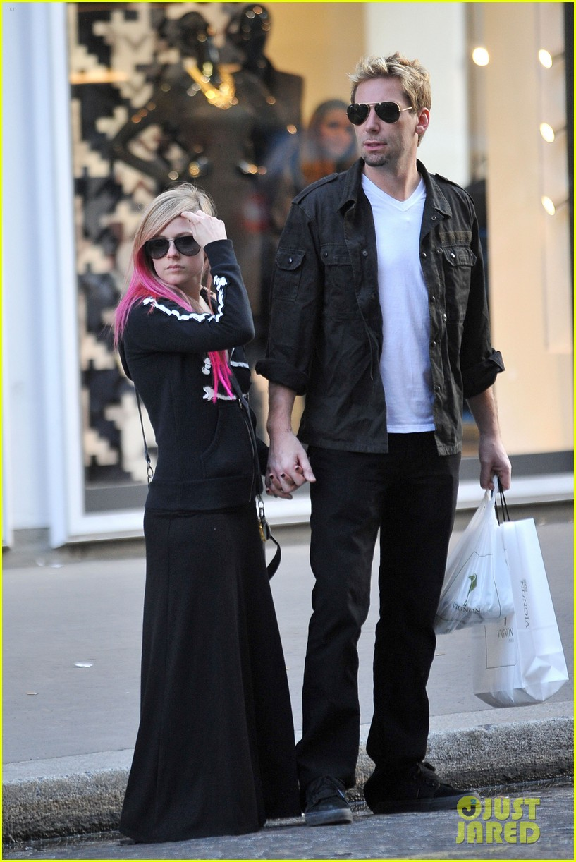 avril lavigne chad kroeger hold hands paris 042721203