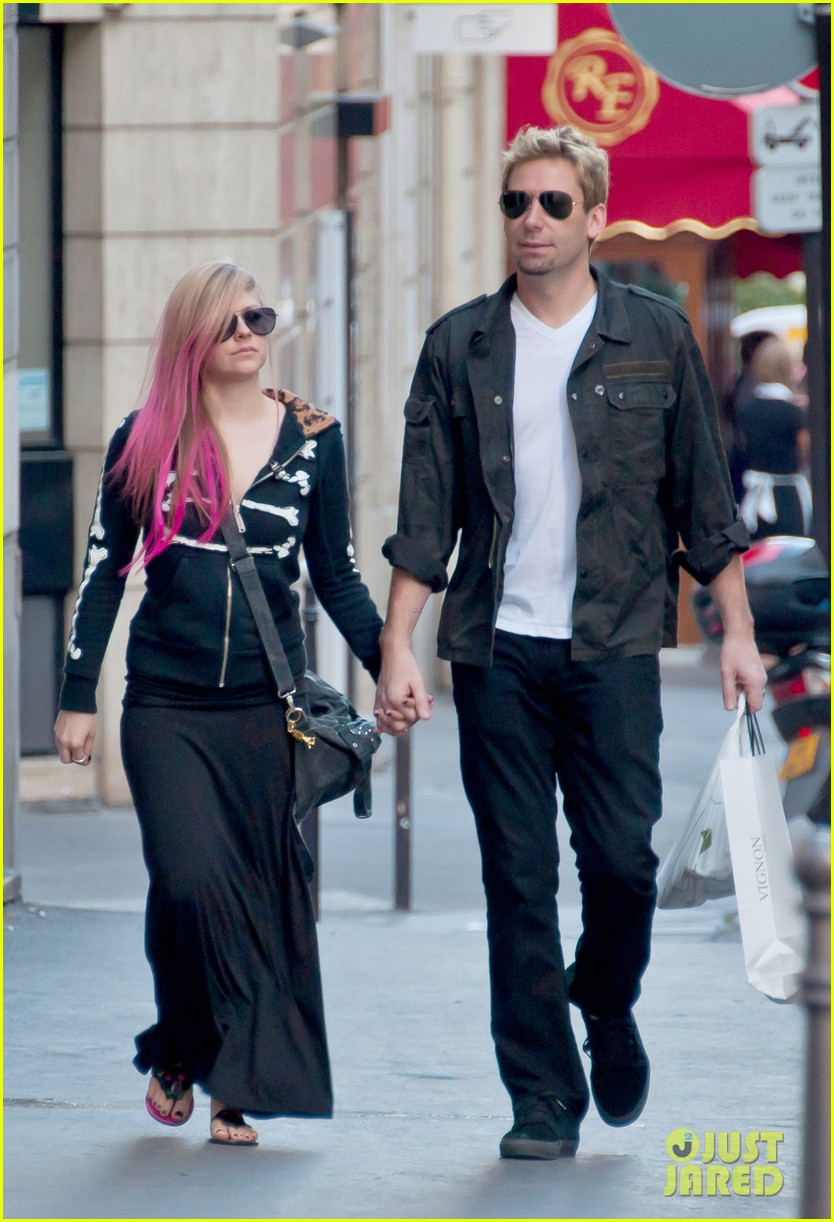 avril lavigne chad kroeger hold hands paris 062721205