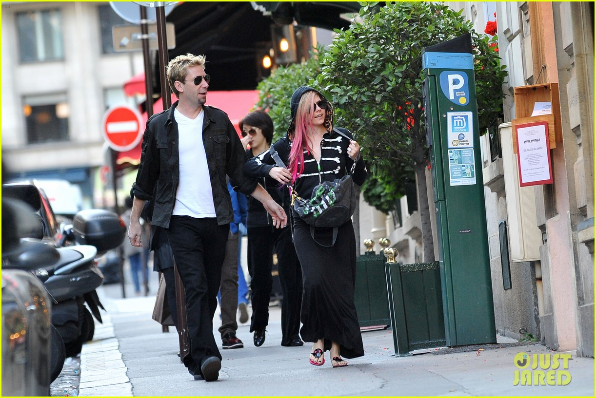 avril lavigne chad kroeger hold hands paris 10