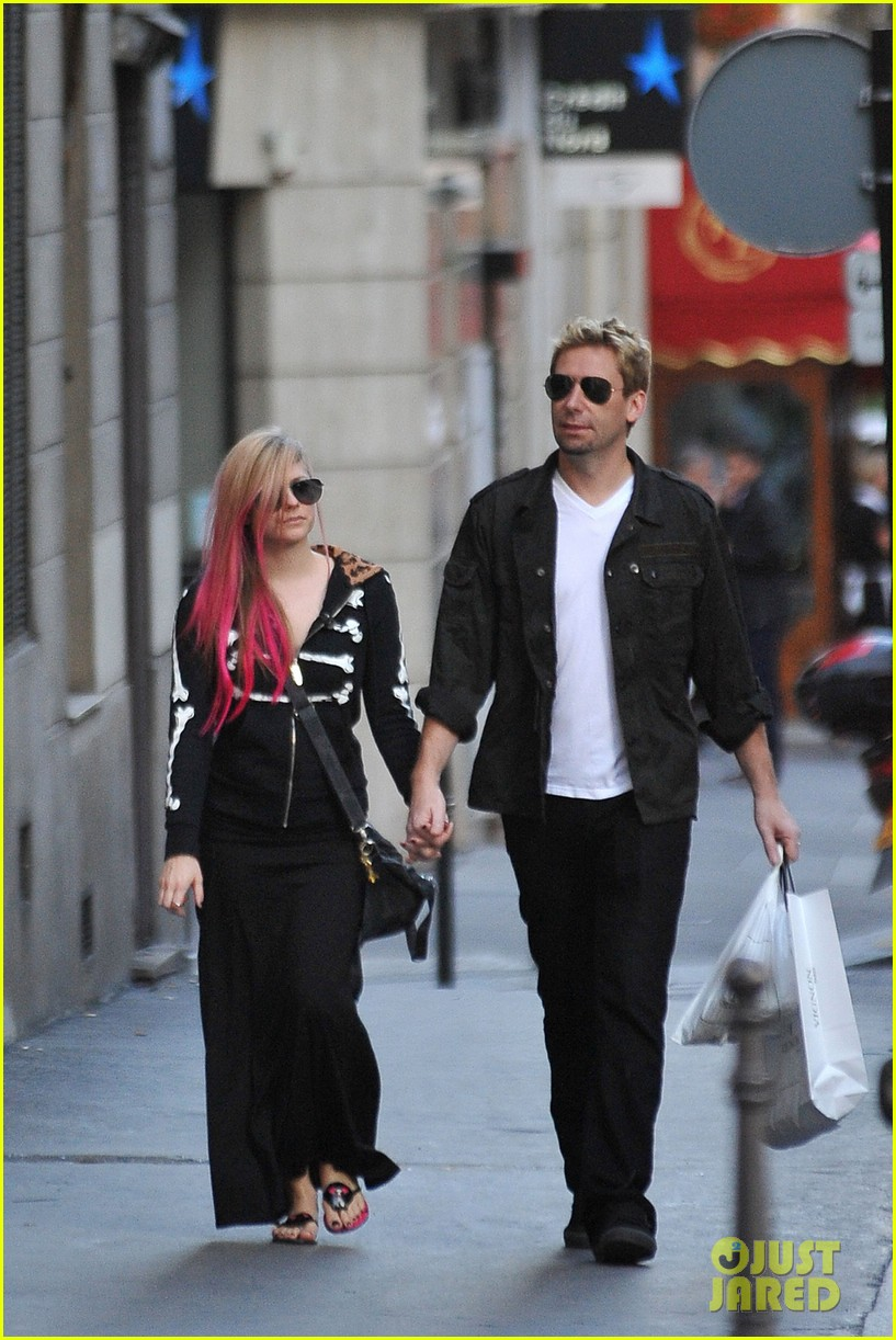 avril lavigne chad kroeger hold hands paris 152721214