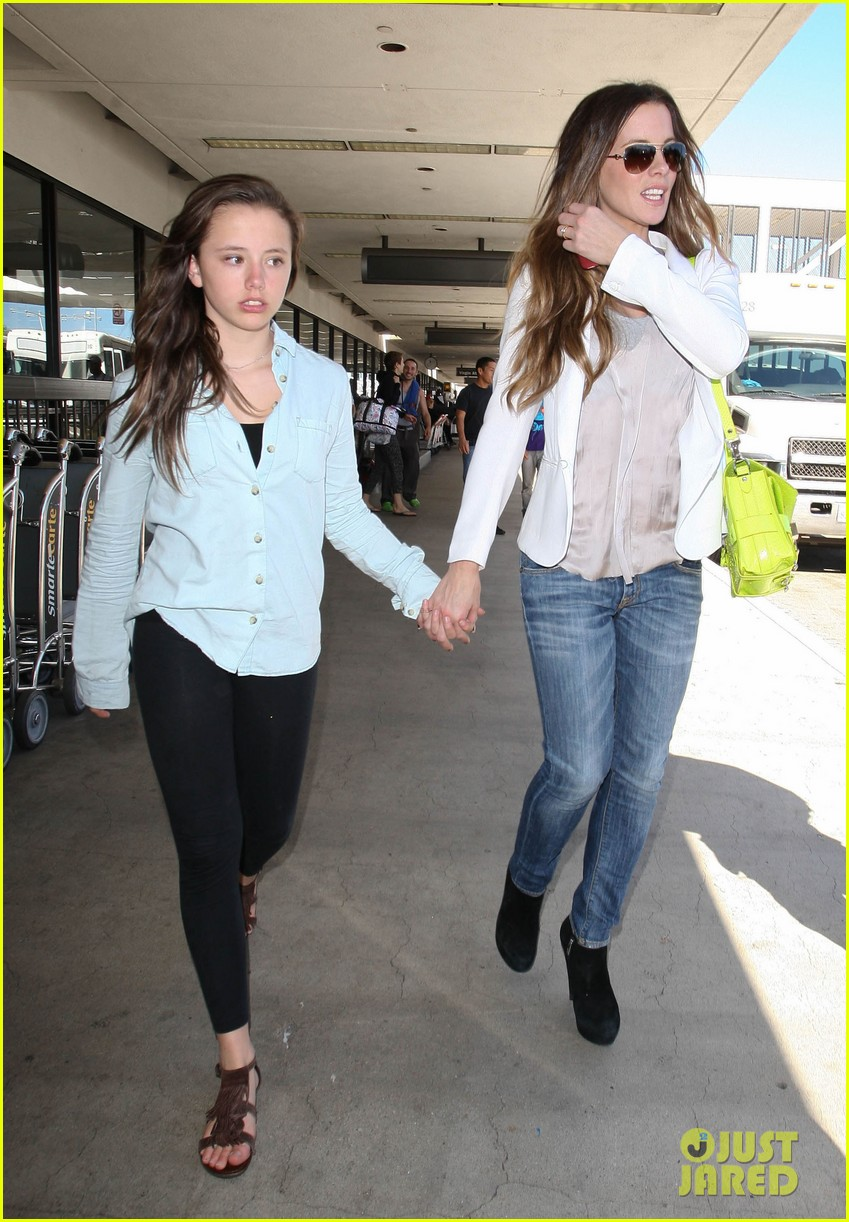 kate beckinsale arrives lax family 012713080