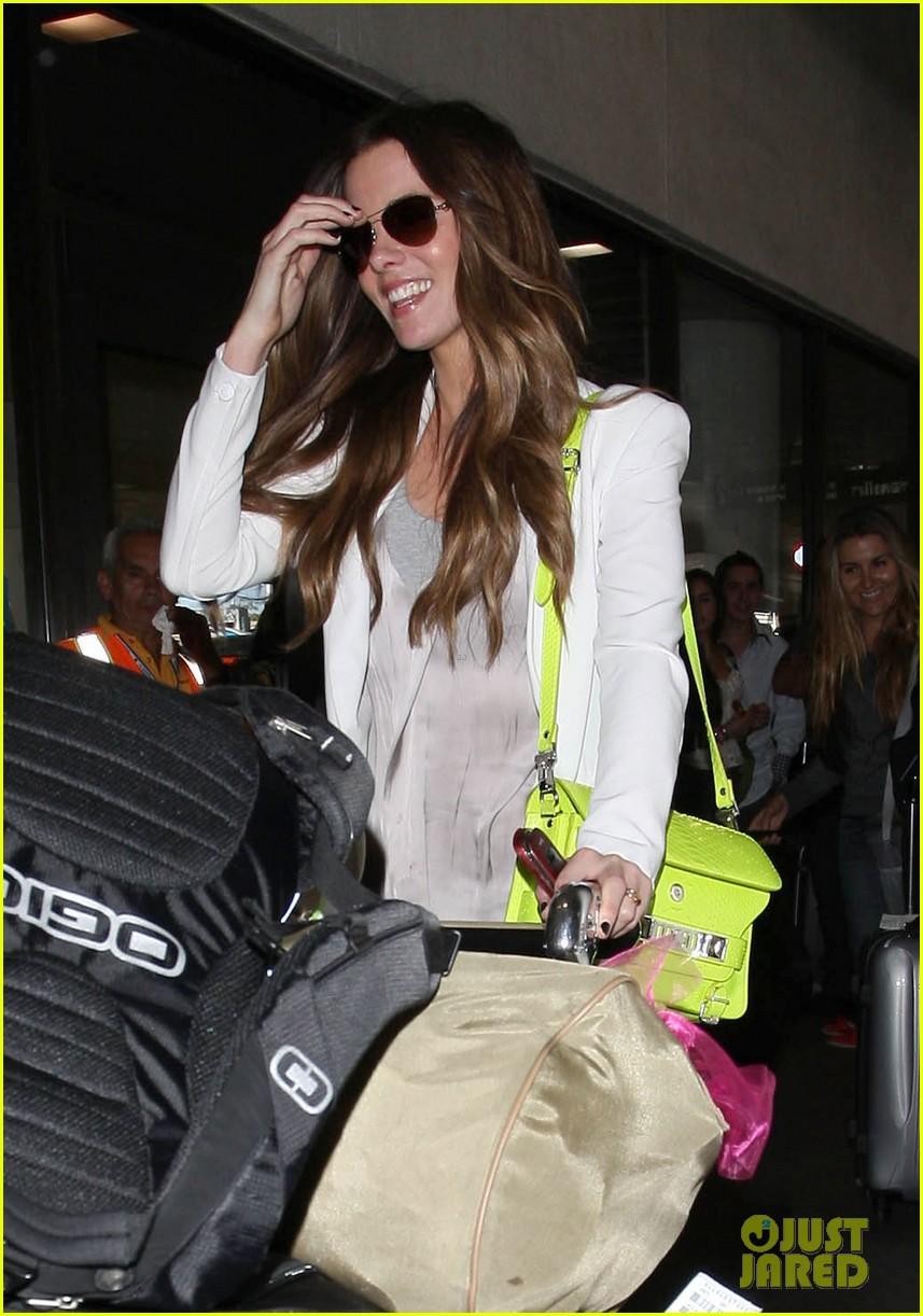 kate beckinsale arrives lax family 16