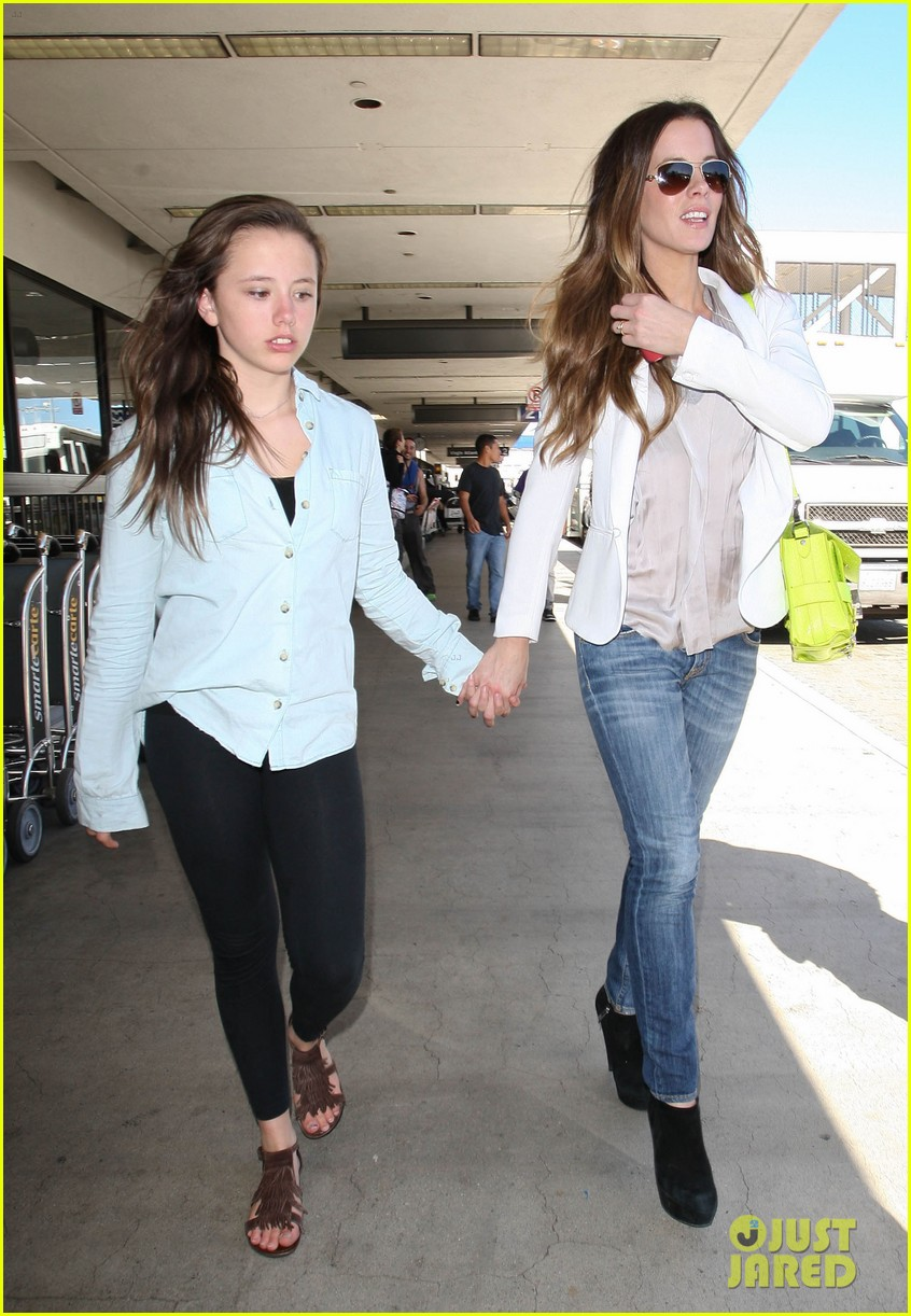 kate beckinsale arrives lax family 19