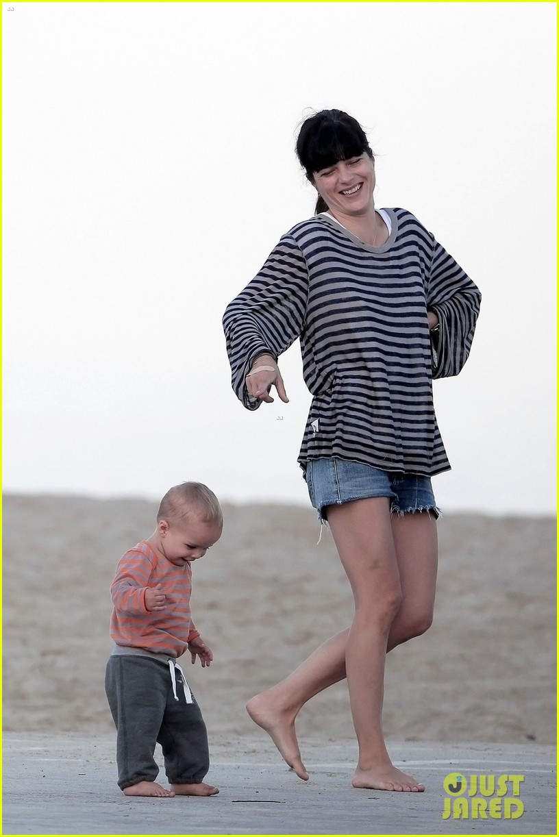 selma blair beach stroll with arthur after split reports 01