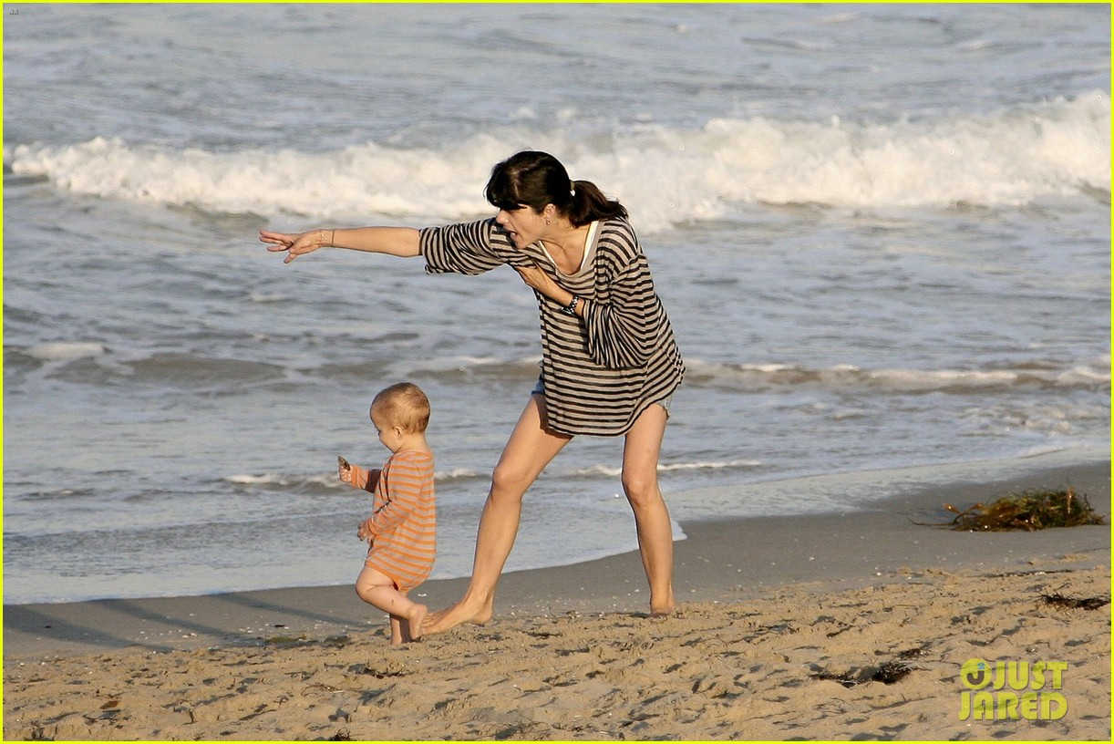 selma blair beach stroll with arthur after split reports 05