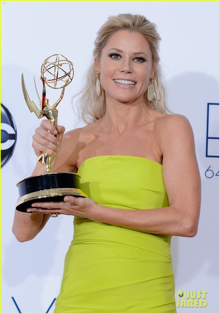 julie bowen eric stonestreet win emmys for modern family 022727289