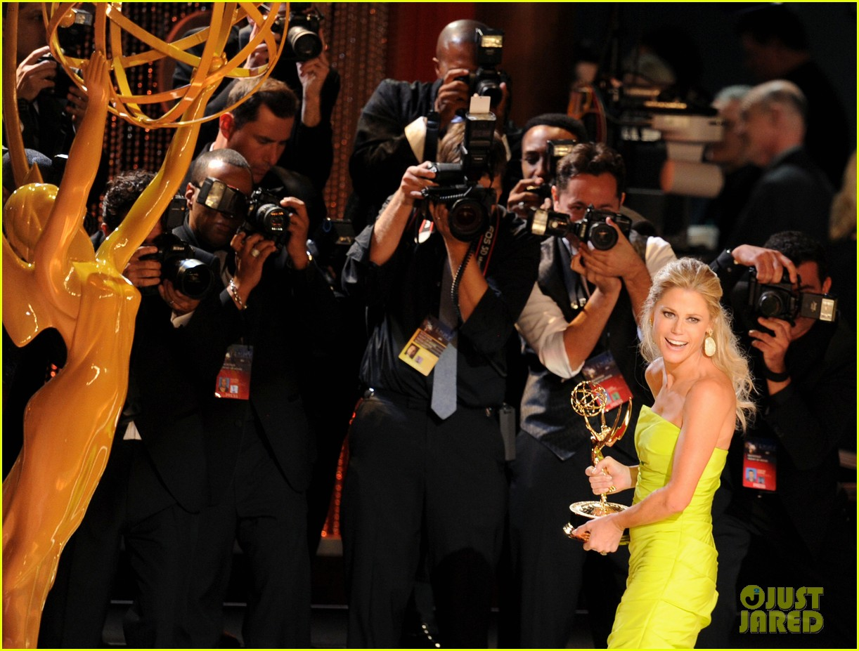 julie bowen eric stonestreet win emmys for modern family 23