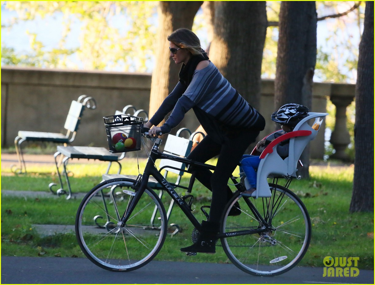 gisele bundchen bike ride with the boys 03