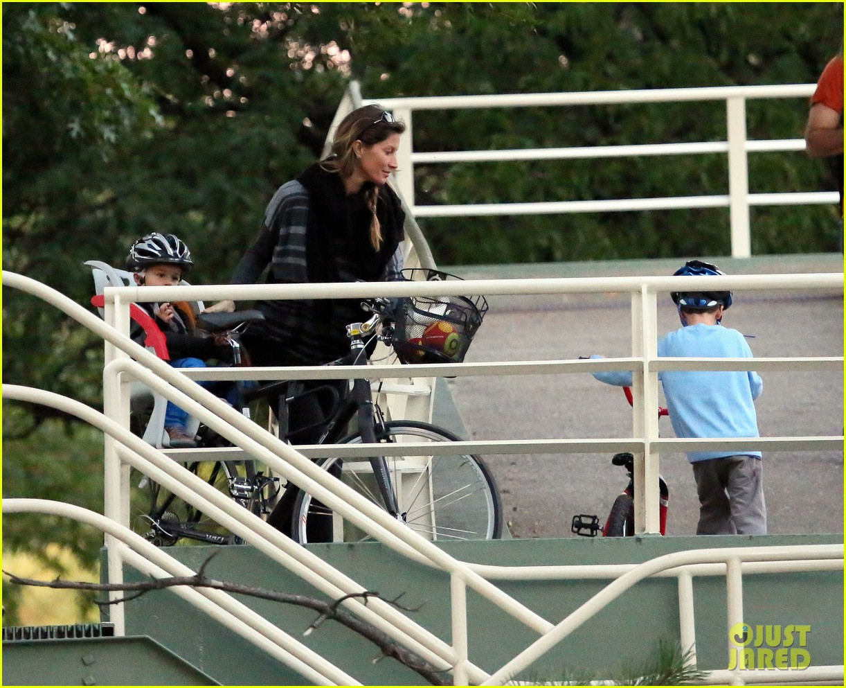 gisele bundchen bike ride with the boys 05