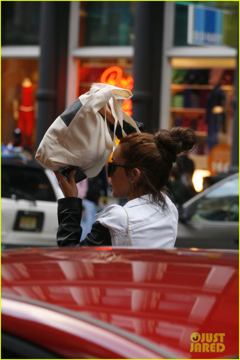 amanda bynes hides her face in new york city 102730497