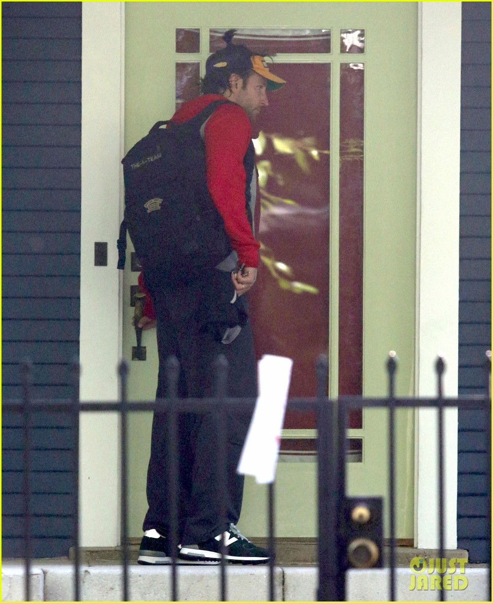 bradley cooper leaves zoe saldana house 012726425