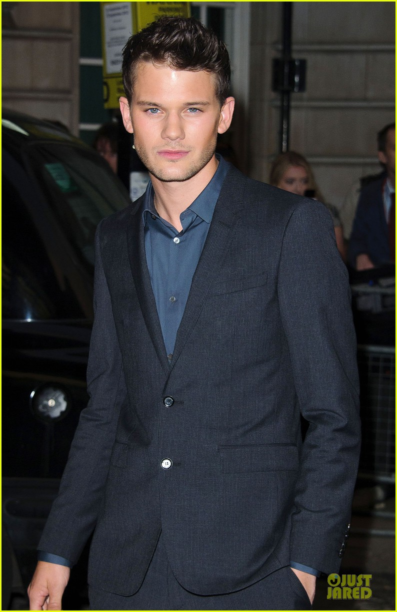dakota fanning jeremy irvine now is good uk premiere 042721459