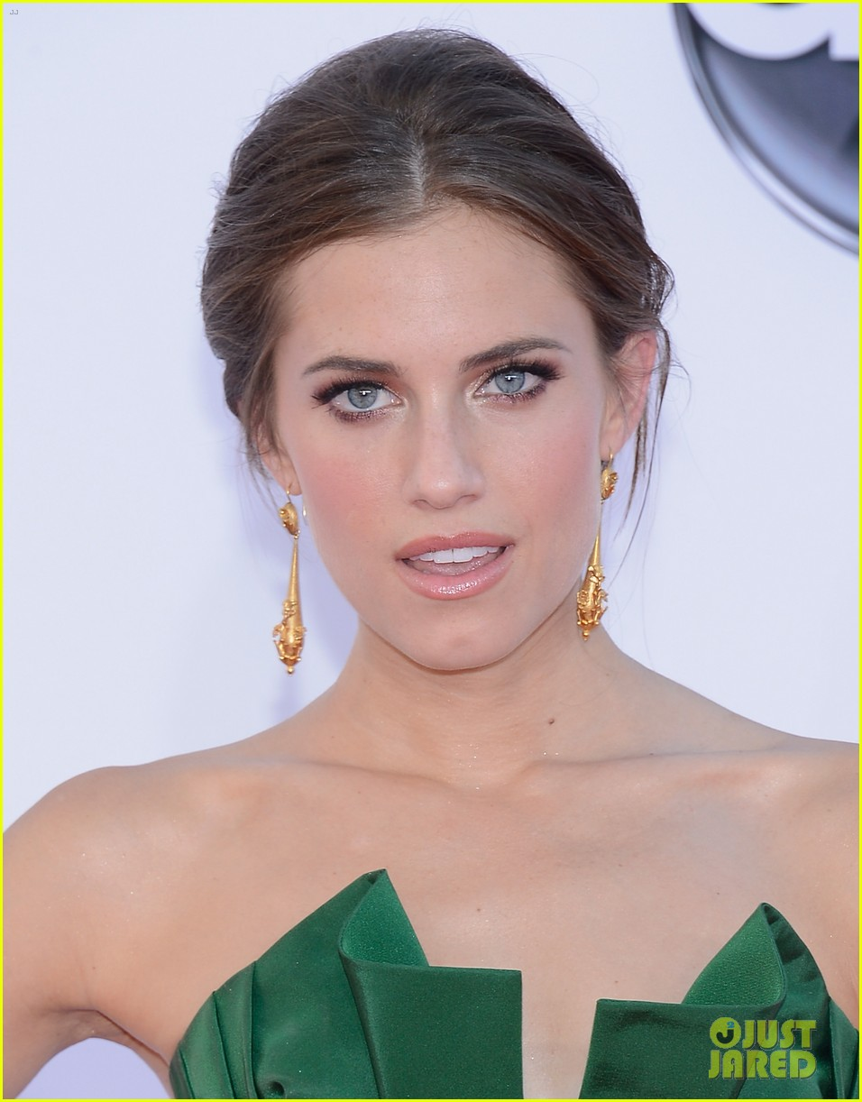 lena dunham allison williams emmys 2012 red carpet 102727257