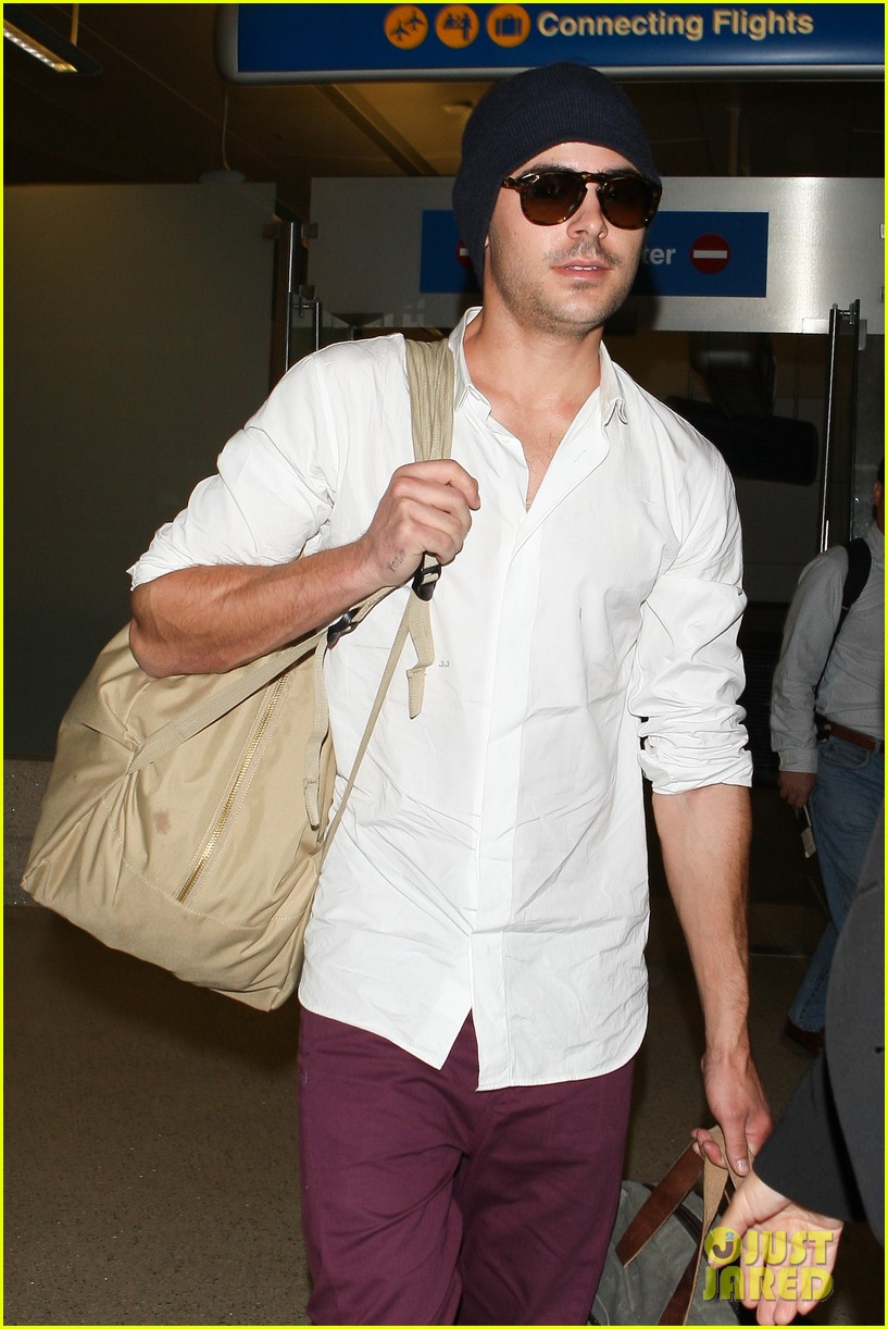 zac efron arrives home from venice 02