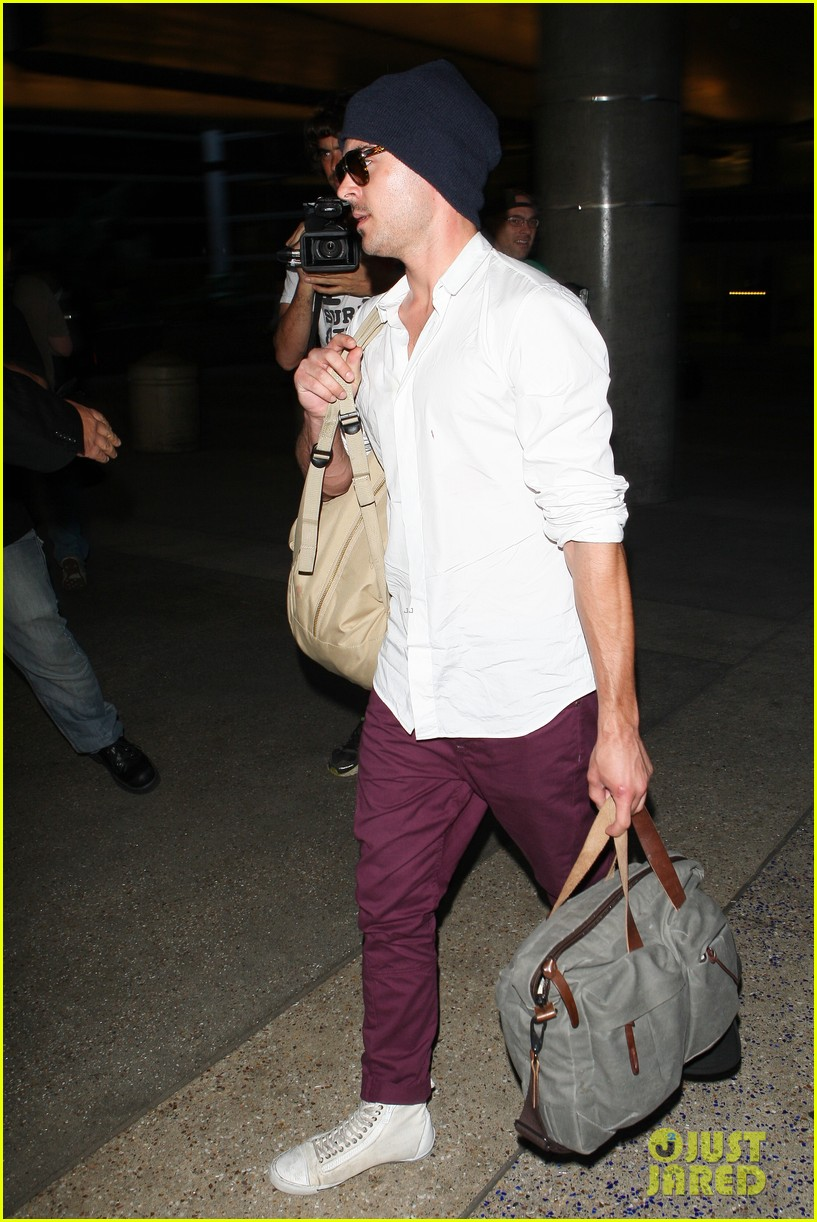 zac efron arrives home from venice 03