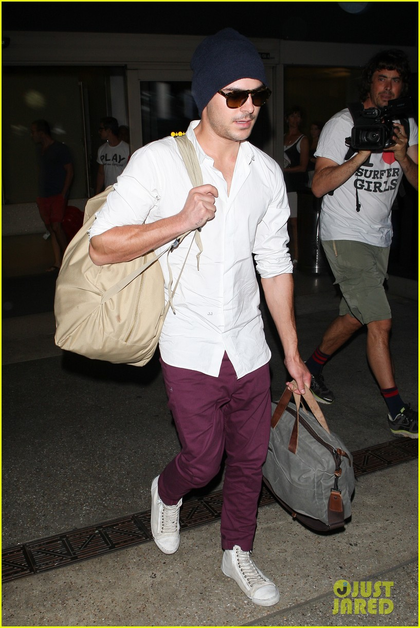 zac efron arrives home from venice 042713646
