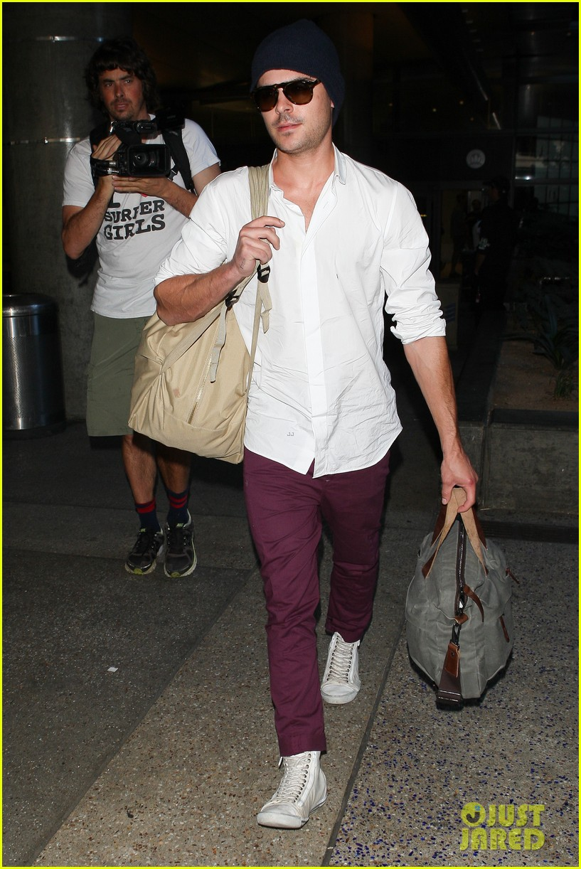 zac efron arrives home from venice 052713647