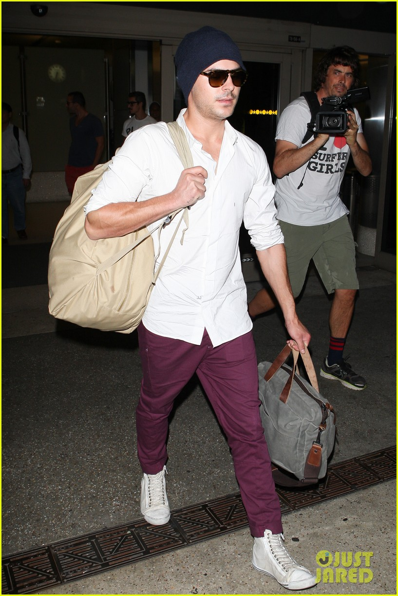zac efron arrives home from venice 09
