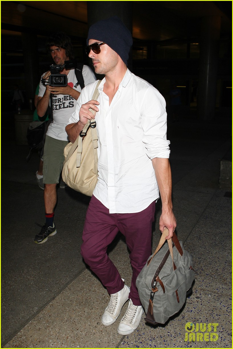 zac efron arrives home from venice 10