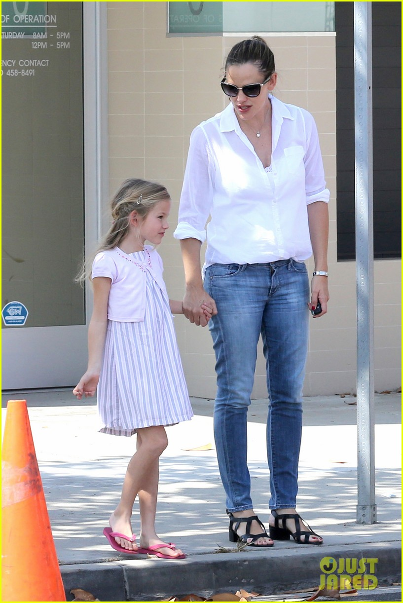 jennifer garner kisses for violet 14