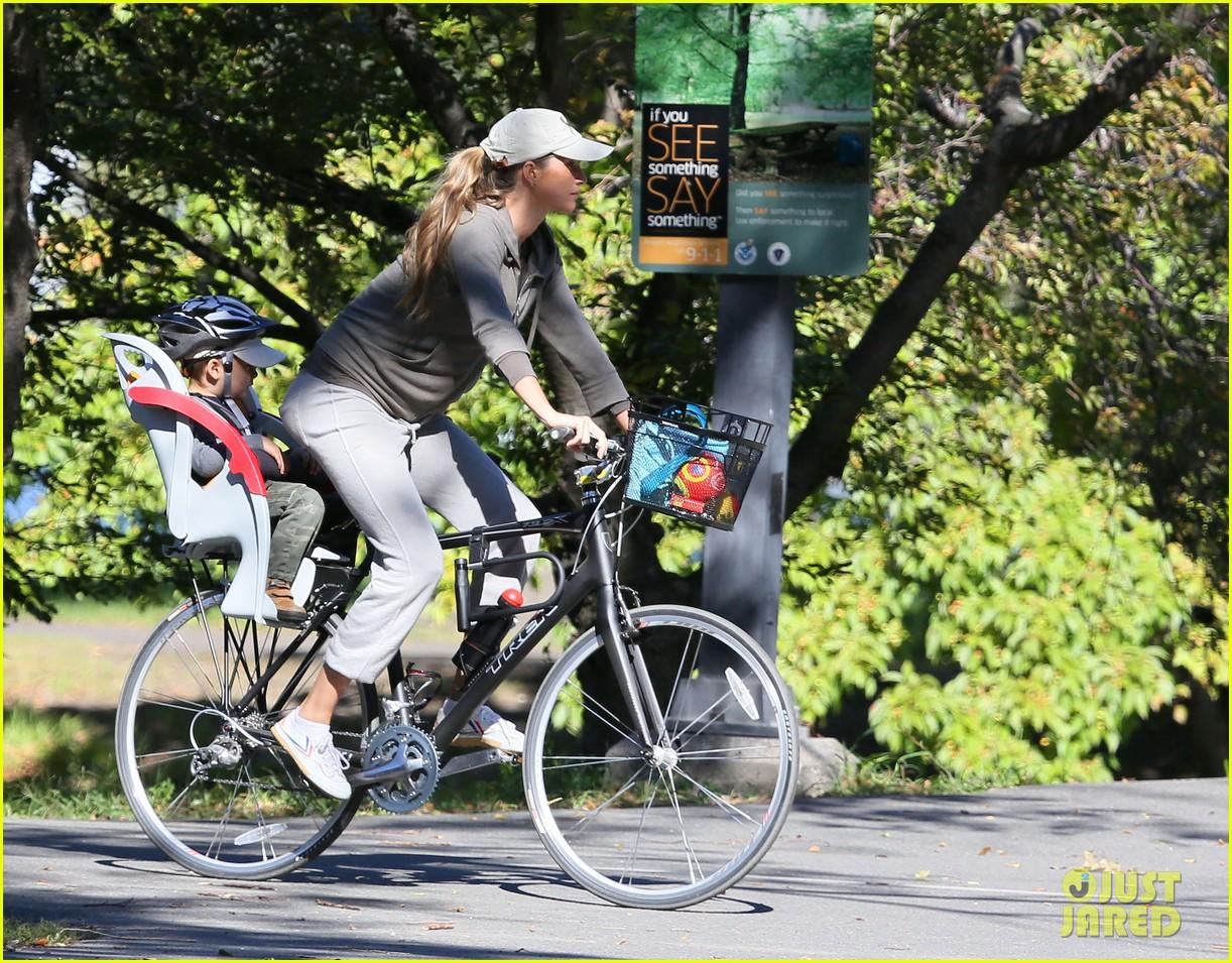gisele bundchen bikes with benjamin 032727113