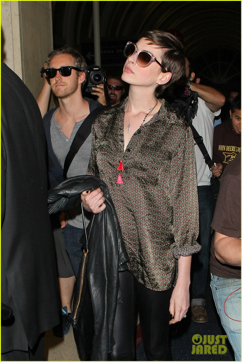 anne hathaway lax arrival with adam shulman 09