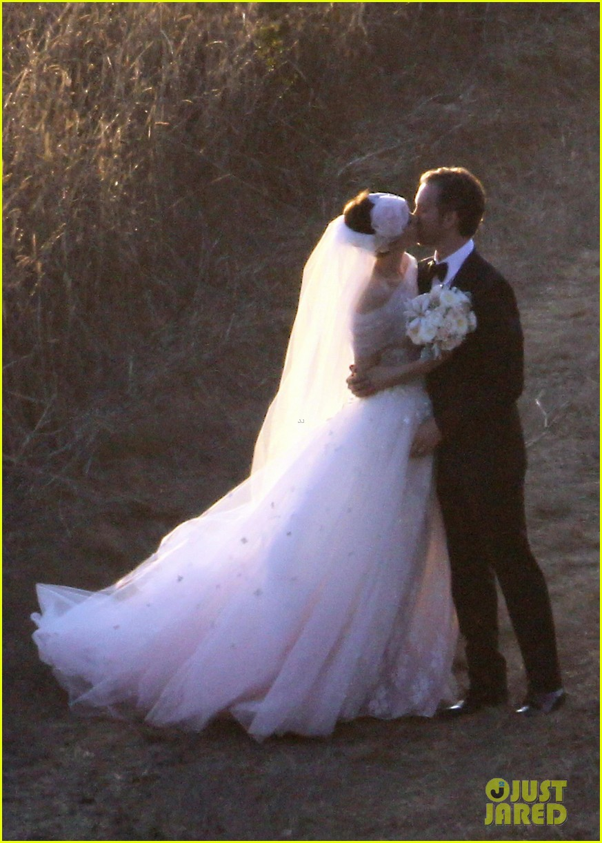 anne hathaway wedding pictures adam shulman 022730522