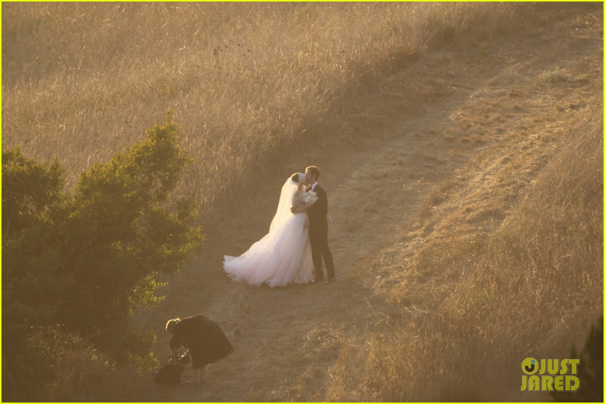 anne hathaway wedding pictures adam shulman 042730524