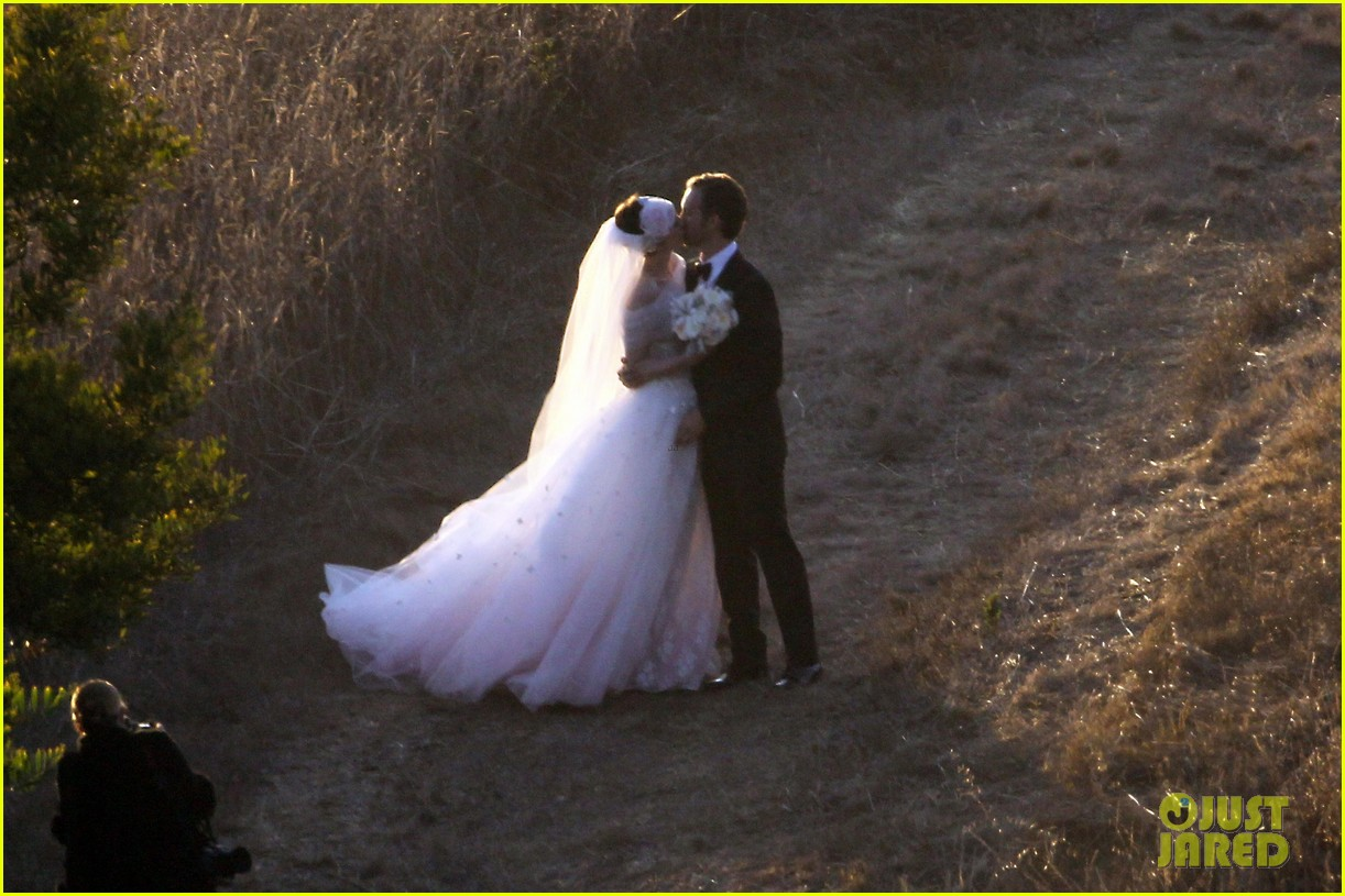 anne hathaway wedding pictures adam shulman 082730528