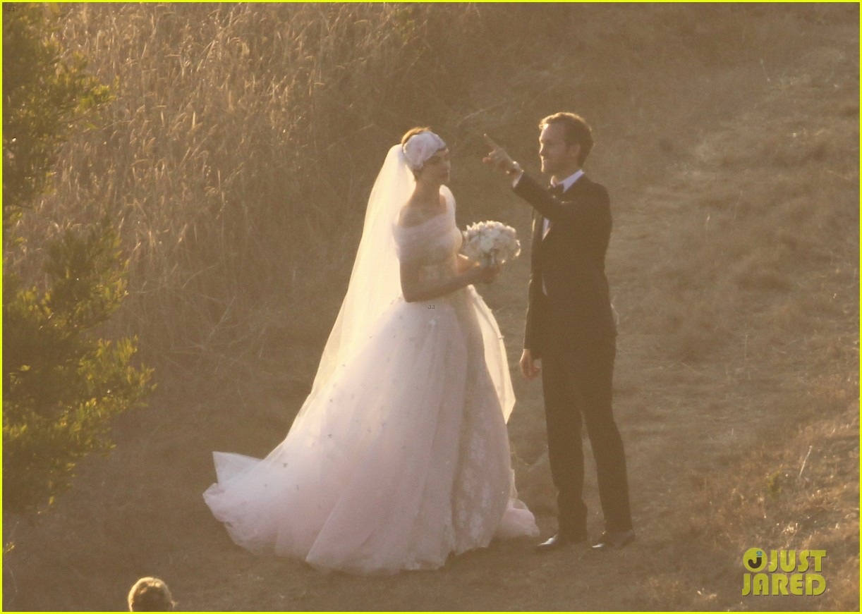 anne hathaway wedding pictures adam shulman 102730530