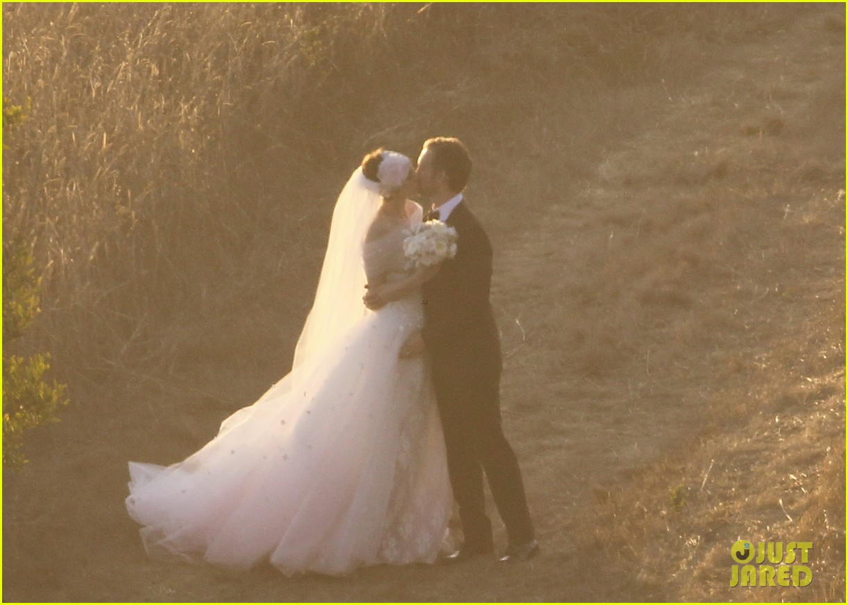 anne hathaway wedding pictures adam shulman 112730531