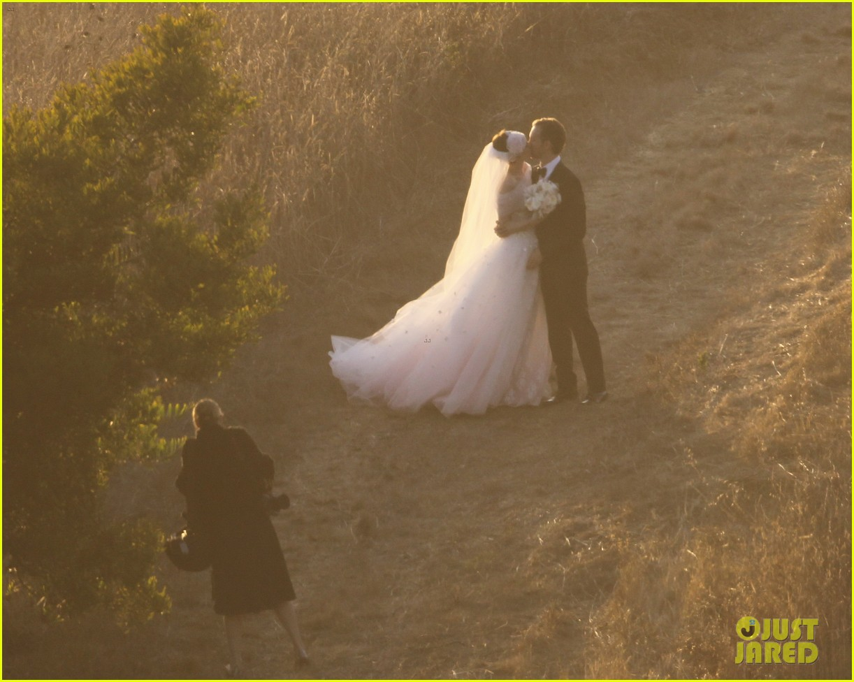 Anne Hathaway Wedding Pictures Revealed Photo 2730532 Adam