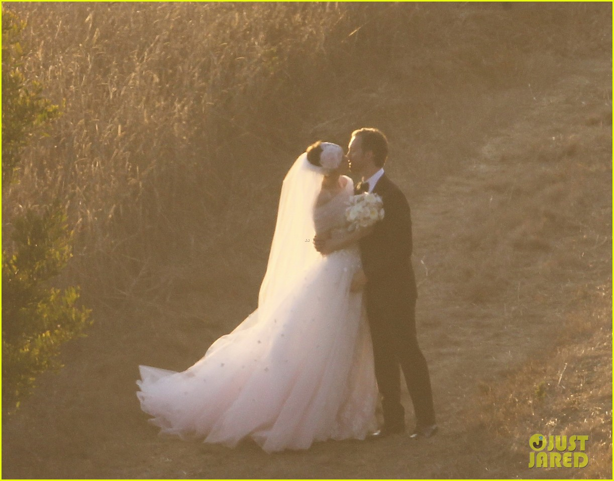 anne hathaway wedding pictures adam shulman 132730533