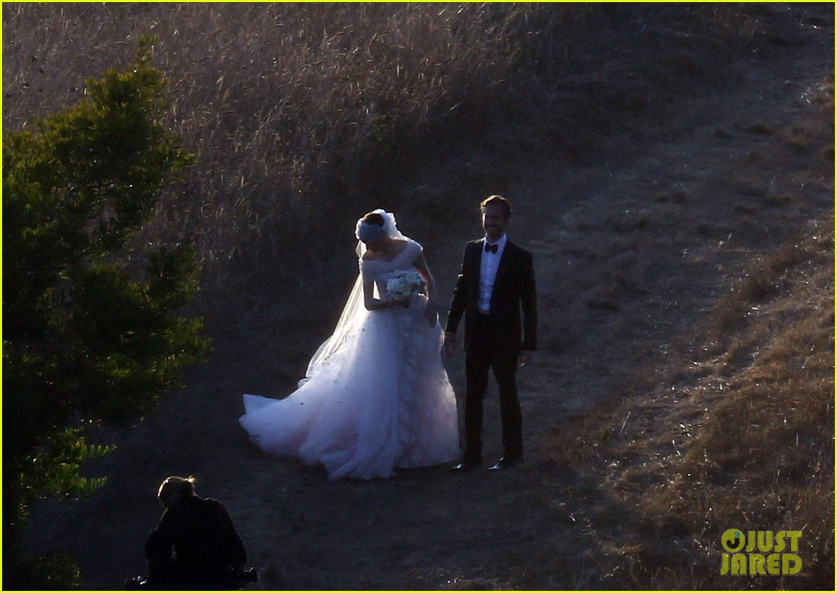 anne hathaway wedding pictures adam shulman 172730537
