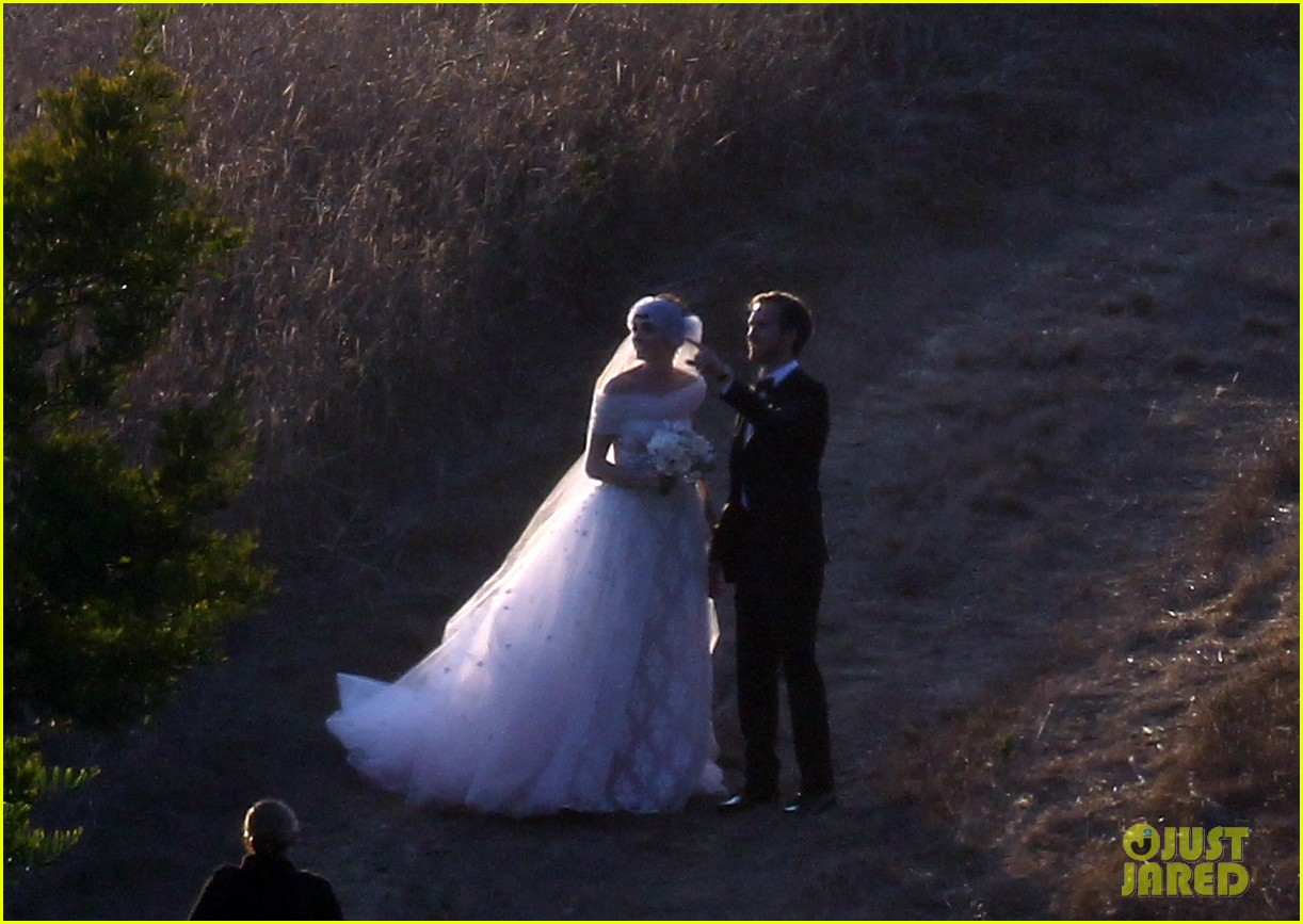 anne hathaway wedding pictures adam shulman 192730539