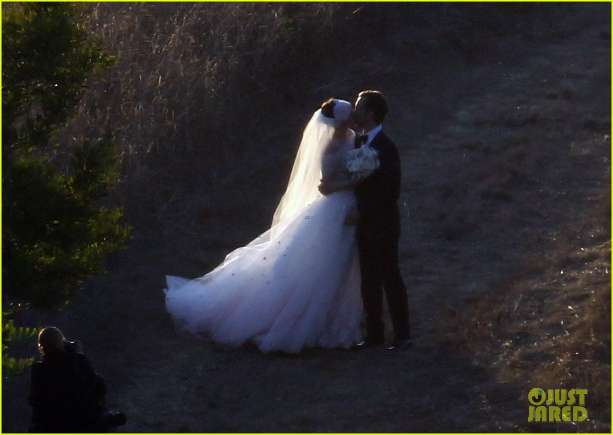 anne hathaway wedding pictures adam shulman 202730540