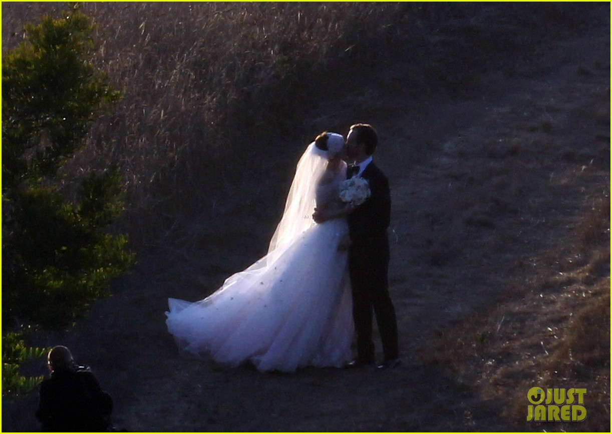 anne hathaway wedding pictures adam shulman 212730541
