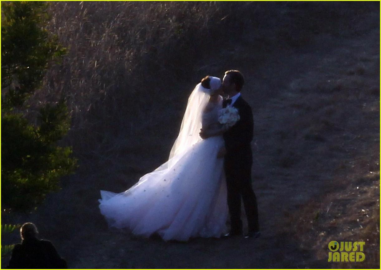 anne hathaway wedding pictures adam shulman 222730542