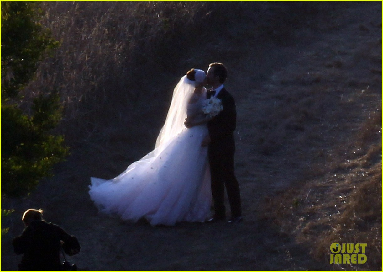 anne hathaway wedding pictures adam shulman 232730543