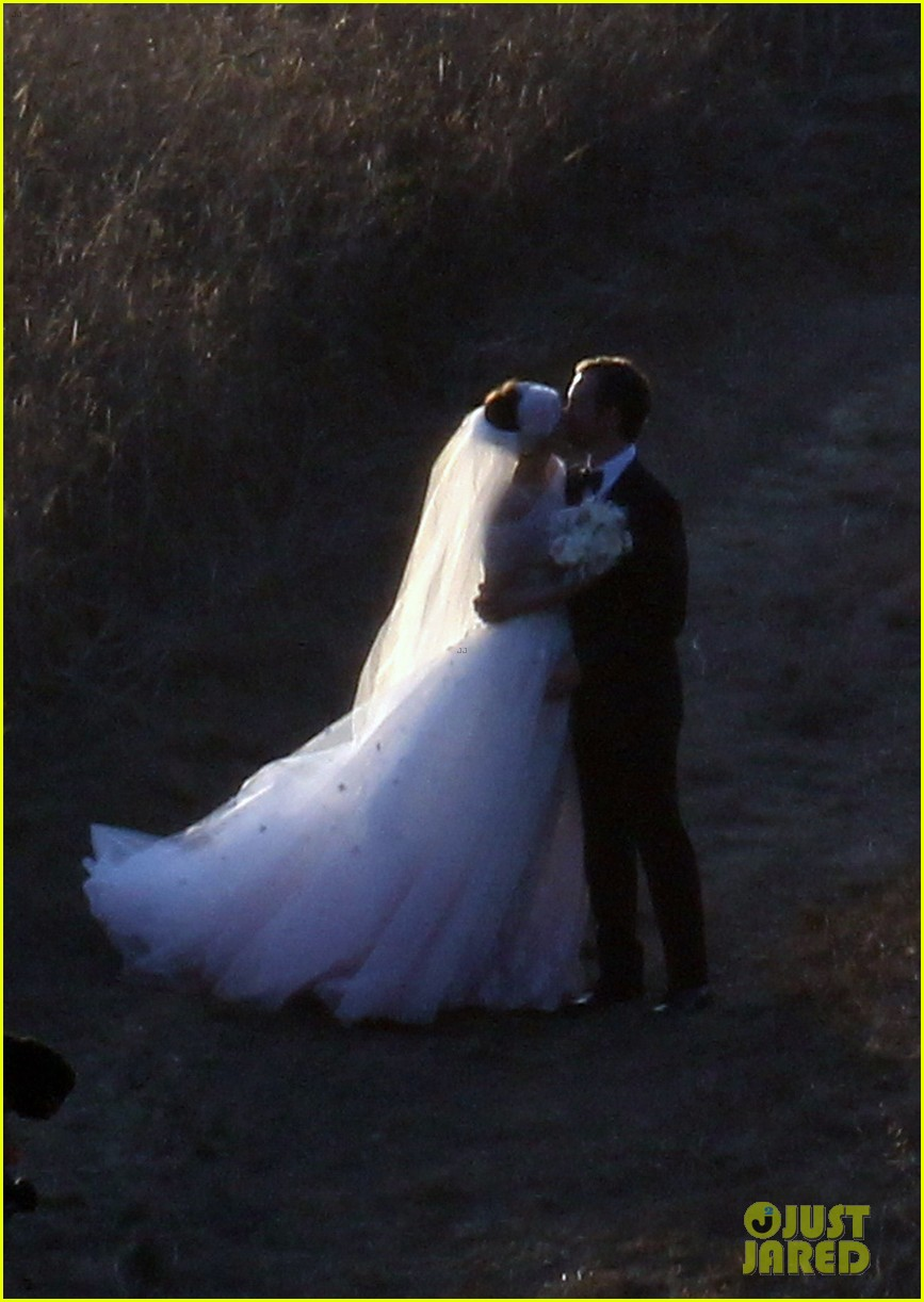 anne hathaway wedding pictures adam shulman 24
