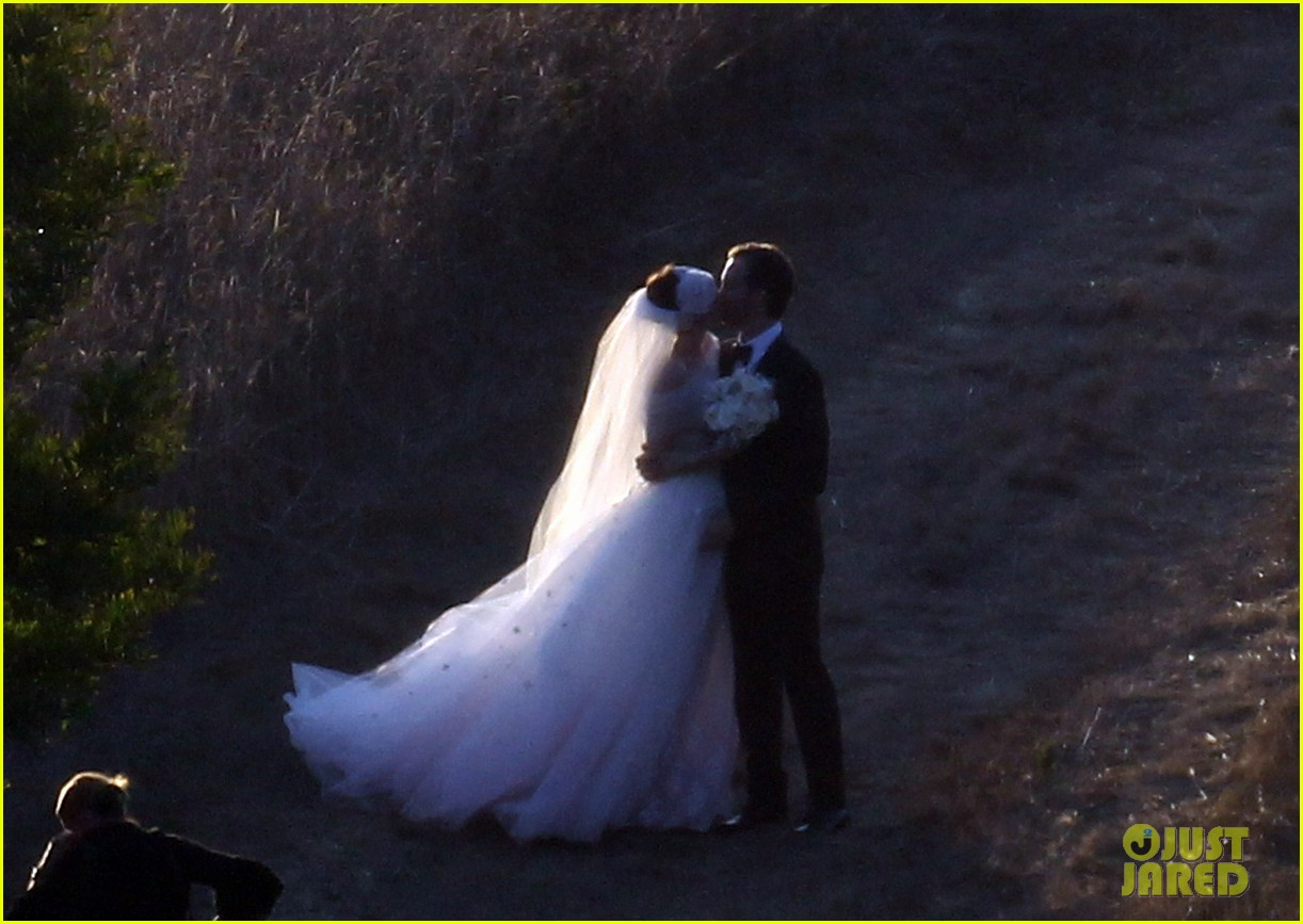 anne hathaway wedding pictures adam shulman 252730545