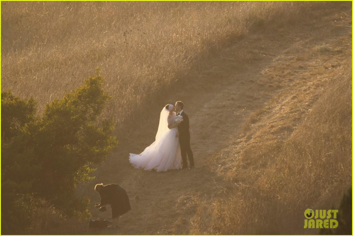 anne hathaway wedding pictures adam shulman 302730550