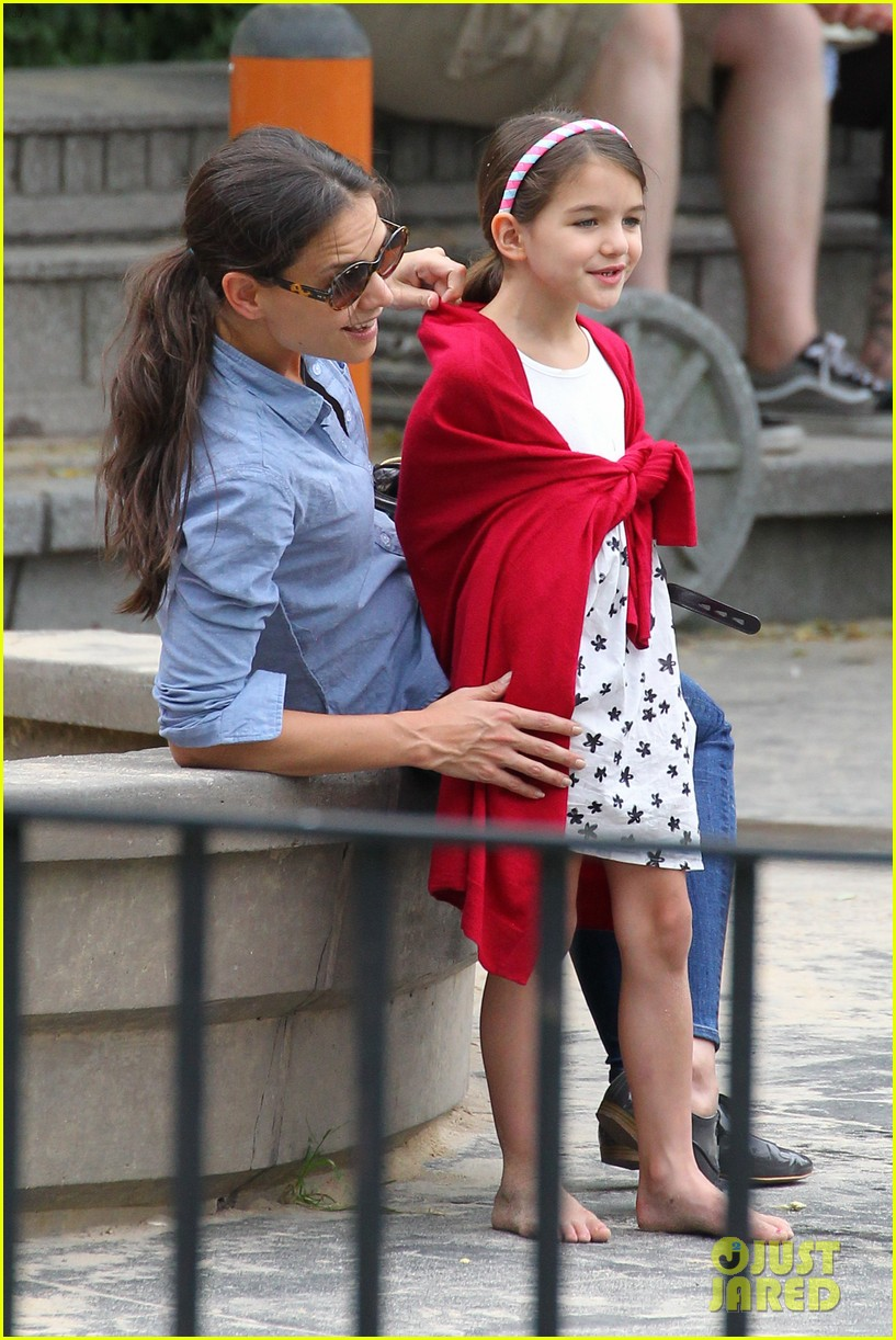 suri cruise katie holmes little red riding hood 022713556