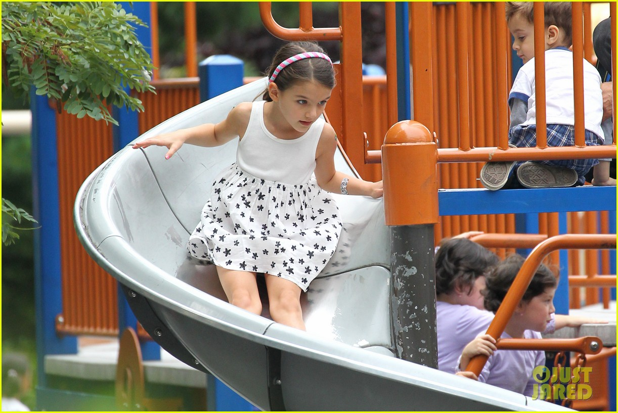 suri cruise katie holmes little red riding hood 032713557