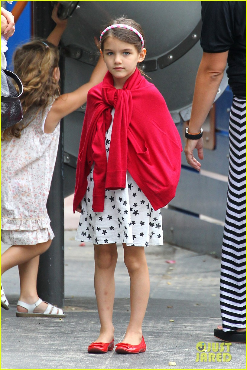suri cruise katie holmes little red riding hood 052713559